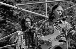 Vanha Isäntä [fi], a Finnish country rock band, performing at the Helsinki Festival's open-air concert in Kaivopuisto in 1974. Seppo Sillanpää (violin) on the left and Olli Haavisto (guitar) on the right.