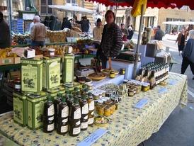 Оливковое масло на рыночном прилавке
