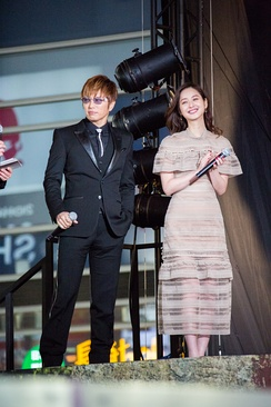 Gackt with Sasaki Nozomi at the Japanese premiere of Kong: Skull Island in February 2017.
