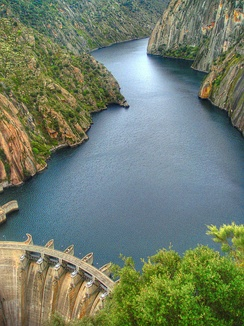 The initial and final scenes were shot at the Aldeadávila Dam between Spain and Portugal.
