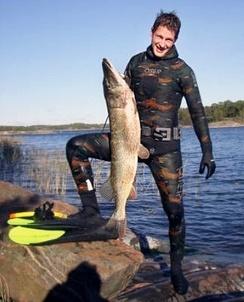 Удачное завершение подводной охоты «гнездовым» методом в зарослях водной растительности в Финляндии