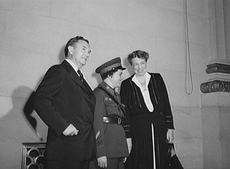 Pavlichenko (center) with Justice Robert Jackson (left) and first lady Eleanor Roosevelt in Washington DC.