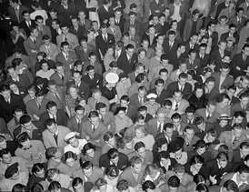 A crowd of Goodman fans in Oakland, California, 1940