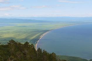 Вид с вершин Святого Носа на Чивыркуйский перешеек и Баргузинский залив
