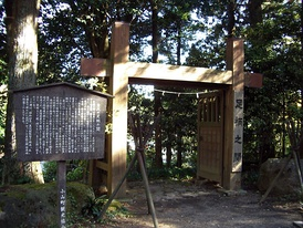 While extensive sets are associated more with mainstream than with art films, Japanese director Akira Kurosawa had many sets built for his 1985 film Ran, including this recreation of a medieval gate.