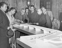 Salazar (centre, with glasses) observing Edgar Cardoso's maquette of the Santa Clara bridge. Located in Coimbra, it was concluded in 1954.