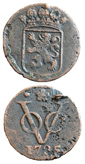 Both sides of a duit, a coin minted in 1735 by the VOC