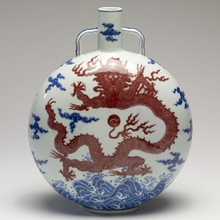 Chinese Jingdezhen porcelain moonflask with underglaze blue and red. Qianlong period, 1736 to 1796