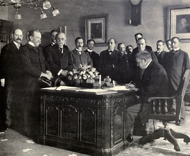 Jules Cambon, the French Ambassador in the US, signing the memorandum of ratification on behalf of Spain