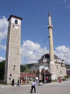 The new majority parties and the Serbian Orthodox priests protested in front of the Husein-paša's Mosque (on photo) in support of the Islamic Community.