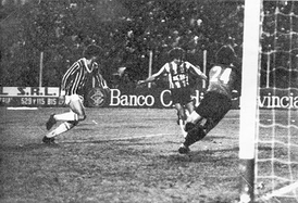 Battle of La Plata, the popular name to an emblematic and historic game between Grêmio vs. Estudiantes de La Plata in 1983 Copa Libertadores. The match ended in 3-3 with aggressions and hostile climate at the Jorge Luis Hirschi stadium