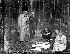 Einstein (second from left) at a picnic in Oslo during the visit to Denmark and Norway in 1920. Heinrich Goldschmidt (left), Ole Colbjørnsen (seated in center) and Jørgen Vogt behind Ilse Einstein. Credit: University of Oslo