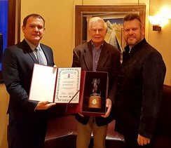 R. Poslednik, D. Jacobi & Jaroslaw Pijarowski with World United Creator – Platinum Demiurge Award for his contribution to uniting and promoting world literature based on his efforts to introduce William Shakespeare into modern cinema, London, 2018