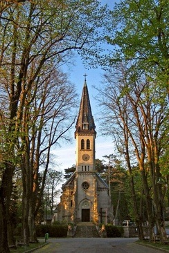 Framing: trees focus on the church of Weissenbach an der Triesting, Austria