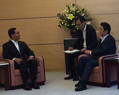 Castro with Japanese Prime Minister Shinzō Abe in August 2015