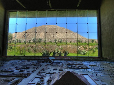 Pyramid of the Sun and the Teotihuacán Diorama at the Teotihuacán Museum.