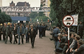 Strikers waiting in front of the Lenin Shipyard