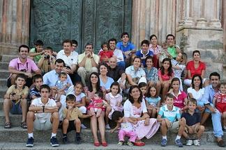 Современная испанская семья, включая всех родственников