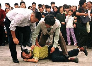 Falun Gong practitioner arrested by police in Tiananmen Square