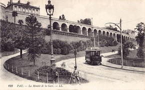 A tramcar of the Tramway de Pau on the Montée de la Gare, at the start of the 20th century