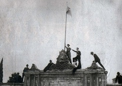 Students raise the flag of Argentina at the University of Córdoba, 1918.