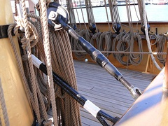 Turnbuckle support for the main topmast fore stay of a sailing ship