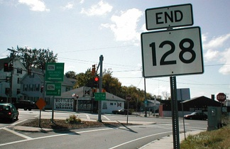 "The north end of Route 128 is at Route 127A in Gloucester. The sign pointing Route 127A south straight is incorrect; it is actually to the right, where the sign points ""ALT 127""."