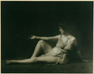 Duncan in a Greek-inspired pose and wearing her signature Greek tunic. She took inspiration from the classical Greek arts and combined them with an American athleticism to form a new philosophy of dance, in opposition to the rigidity of traditional ballet.