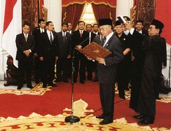 Indonesian President BJ Habibie takes the presidential oath of office on 21 May 1998.