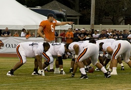 Cutler points out the mike linebacker during training camp, 2009
