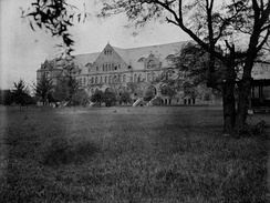 A view of Gibson Hall in 1904, located on the uptown campus of Tulane University.