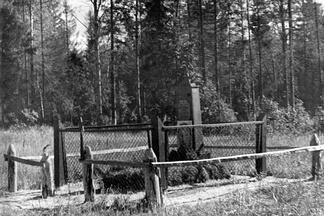 Первоначальное место захоронения Александра Матросова у деревни Чернушки