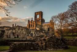 Kirkstall Abbey in the late afternoon.jpg