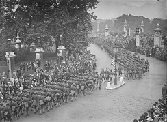 Column of American troops passing Buckingham Palace, London, 1917.