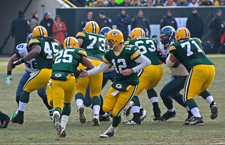 Aaron Rodgers handing the ball off to Ryan Grant in their December 27, 2009 game.