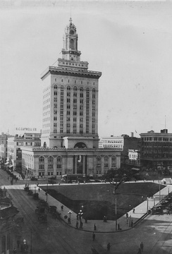 Oakland City Hall and central plaza in 1917. Built of framed steel with unreinforced masonry infill at a cost of US$2 million in 1914. The structure was the tallest building in the city until the Tribune Tower was built in 1923.