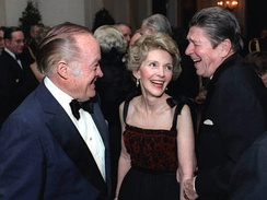 Hope (left) with Nancy Reagan and President Ronald Reagan in 1981