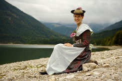 Woman wearing dirndl in the style of Isarwinkler Tracht, near Bad Tölz (Bavaria). (Photograph by Florian Schott)