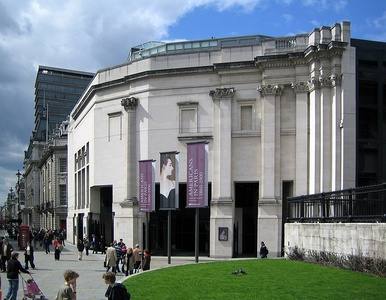 Sainsbury Wing of the National Gallery in London by Robert Venturi (1991)