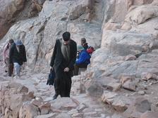 Православный священник поднимается на гору Моисея по длинной тропе.