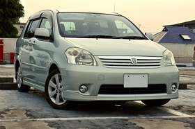Toyota Raum UA-NCZ20-AHPXK(S), front perspective view rev2.jpg