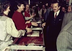 Alfonsín visiting an exhibition in 1986