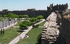 Diyarbakır's city walls, built by Constantius II and extended by Valentinian I between 367 and 375, stretch almost unbroken for about 6 kilometres.