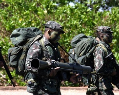 Brazilian jungle warfare soldier carrying a Carl Gustaf M3.