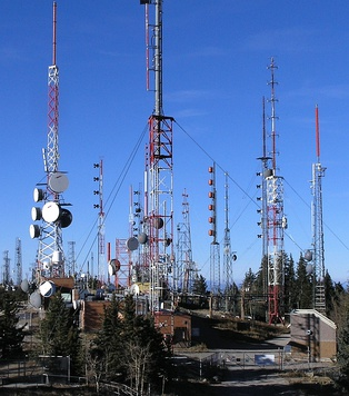 A variety of radio antennas on Sandia peak near Albuquerque, New Mexico, US. Transmitting antennas are often located on mountain peaks, to give maximum transmission range.