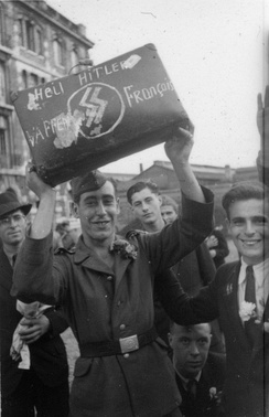 French SS shows his suitcase bearing handscripted « Heil Hitler, Waffen SS Français » in Paris, October 1943
