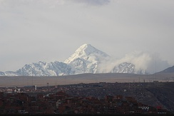 The city of La Paz lies next to the mountain Huayna Potosí