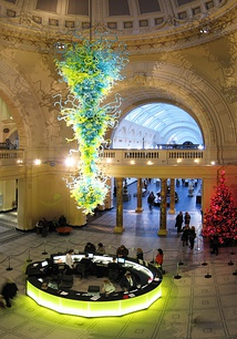 In 2000, an 11-metre high, blown glass chandelier by Dale Chihuly was installed as a focal point in the rotunda at the V&A's main entrance.