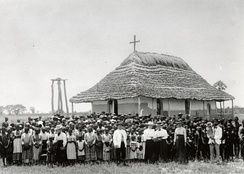 Martti Rautanen and the congregation at the missionary station in Olukonda, 1899.
