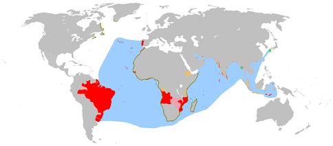 Португальская колониальная империя (1415—1999).Красный цвет: территории колоний.Розовый цвет: территориальные претензии.Жёлтый цвет: сфера влияния.Голубой цвет: важнейшие морские пути и ареалы проникновения. Коричневый цвет: побережья исследованные, но не колонизованные португальцами